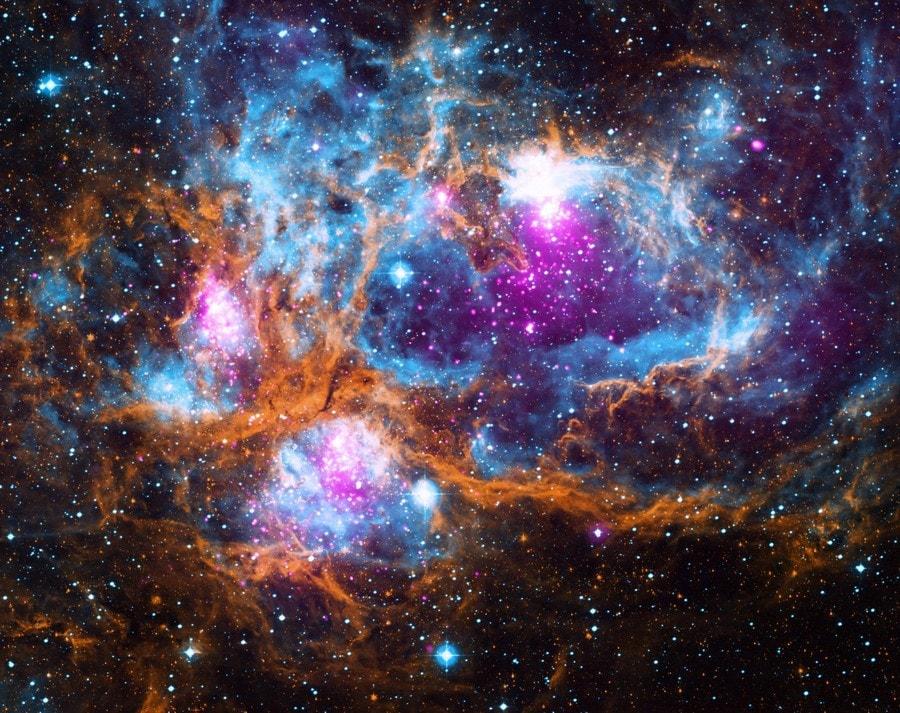 hiver cosmique nébuleuse lumineuse