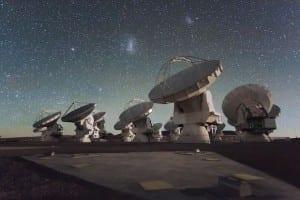Antennes du Atacama Large Millimeter Array (ALMA), Chili. Représente une partie de l'EHT. Credit: ESO/C. Malin