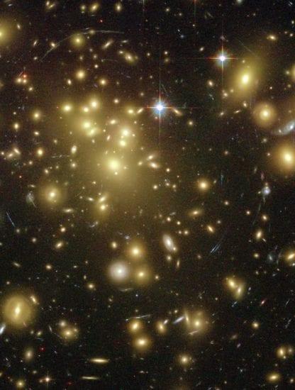 amas de galaxies télescope gravitationnel gravitation déformation lumière lentille gravitationnelle