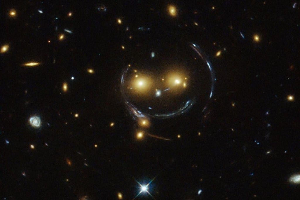 smiley spatial hubble télescope lentille gravitationnelle