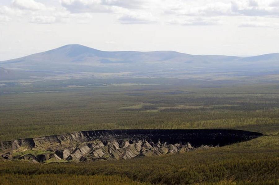 cratère trou sol fonte glace réchauffement sibérie foret sédiments vue coté foret