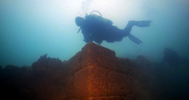 chateau découverte ruine sous marine lac royaume sous-marin