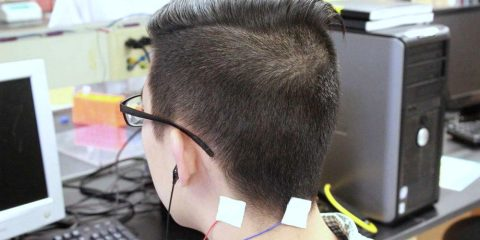 test essai clinique humain oreille acouphene stimuli electrique cerveau