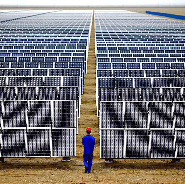 employé inspecte panneaux solaires chine dunhuang