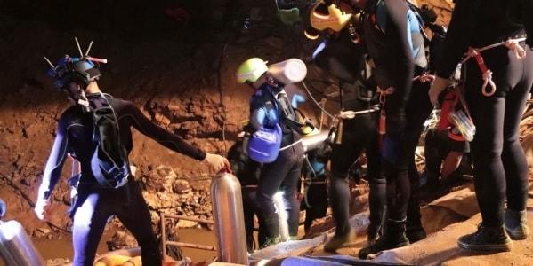 plongeurs grotte thailande bouteilles oxygene