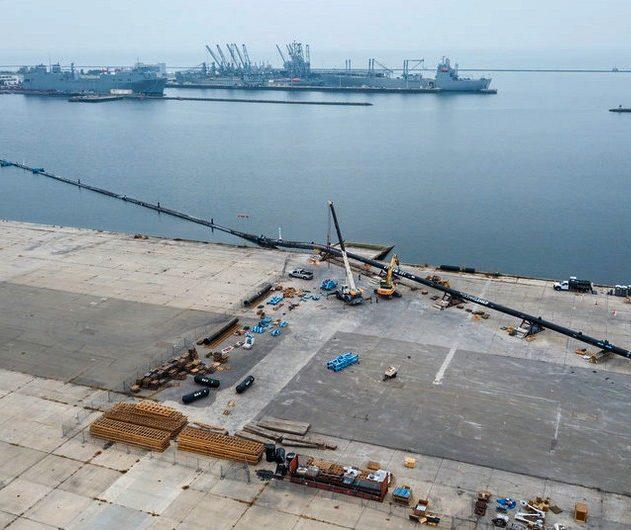 Voici à quoi ressemblait le déploiement initial: le système a été assemblé à Alameda, en Californie, dans un chantier naval de la baie de San Francisco. Le tuyau à parois rigides constitue la composante flottante du tableau de nettoyage. Le réseau flottant est équipé de lanternes, de réflecteurs radar, de signaux de navigation, de balises GPS et anti-collision. Les panneaux solaires aident à alimenter ces systèmes. Au-dessous de la partie flottante du réseau, une jupe impénétrable de 3 mètres est censée aider à recueillir les débris flottants. Plus tôt cette année, l'Ocean Cleanup a construit un système d'essai de 120 mètres pour constater comment il résistait, tout en étant remorqué dans l'eau. Cette unité d'essai a été sortie de l'eau le 18 mai dernier. Elle a résisté au test de remorquage de deux semaines.