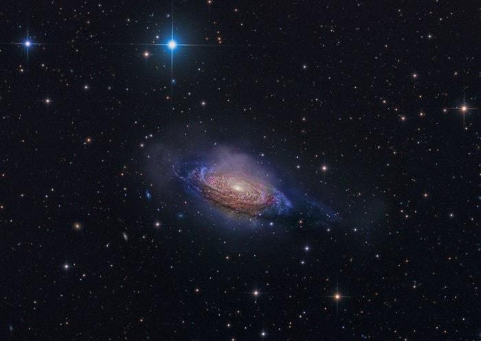 galaxie lointaine etoiles rouge bleues chaudes jeunes
