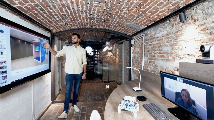 un écran interactif en action dans une Huddle Room