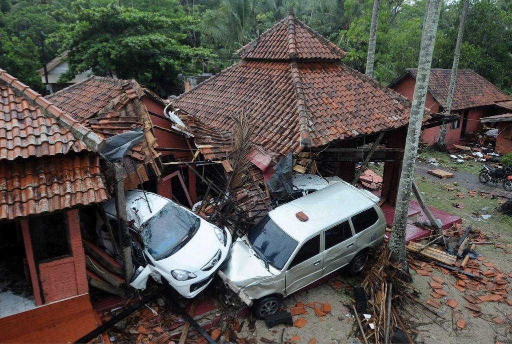 batiments voitures endommages tsunami indonesie sunda 2018