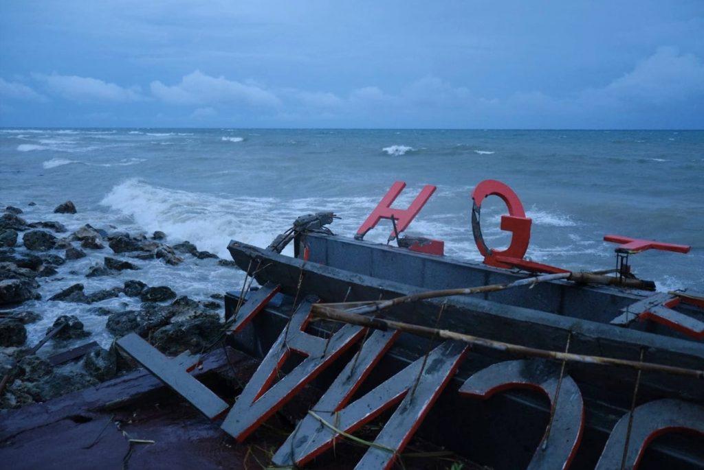enseigne hotel endommagee tsunami indonesie sunda 2018