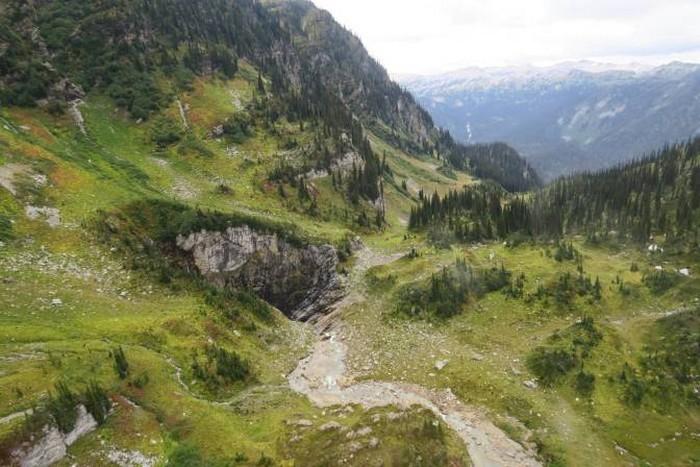 grotte caverne trou decouverte canade geante