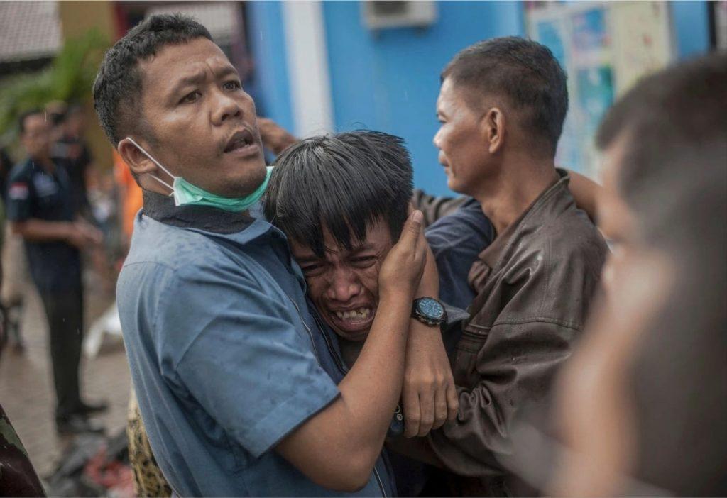 homme pleure vue parent tsunami indonesie sunda 2018