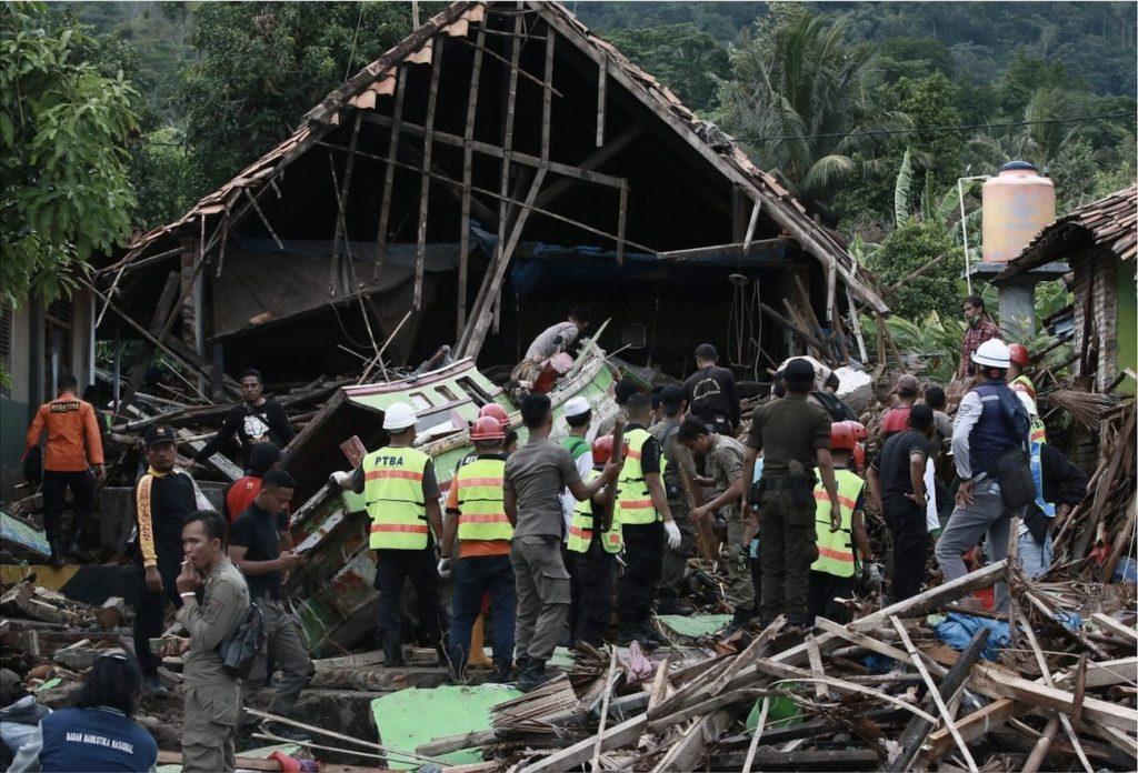 sauveteurs cherchent survivants tsunami indonesie sunda 2018