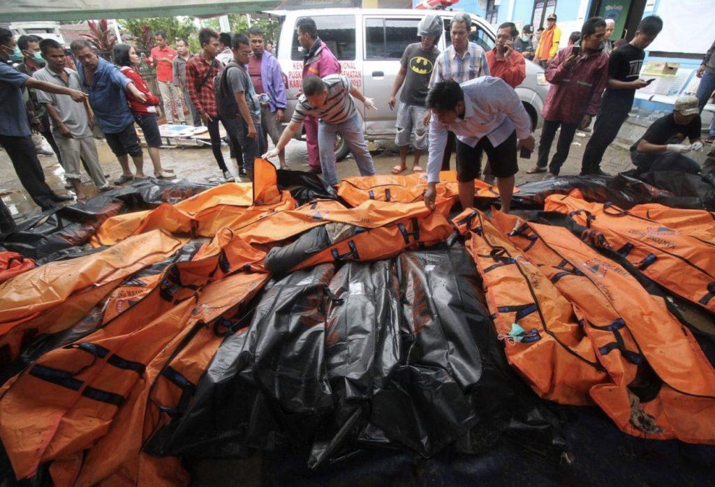 sauveteurs deposent cadavres tsunami indonesie sunda 2018
