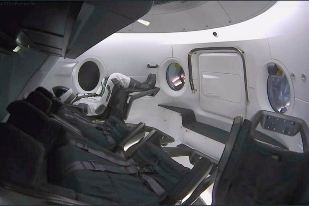 spacex crew dragon mannequin essai