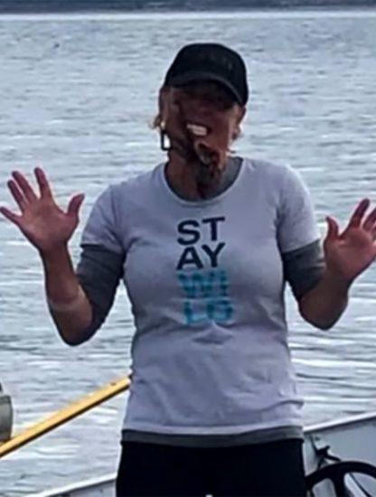 femme place pieuvre sur visage piqure