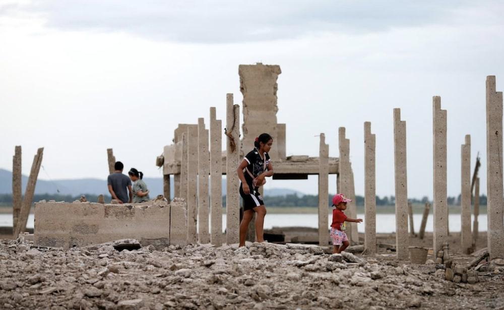 ruines temple thailandais revele apres secheresse