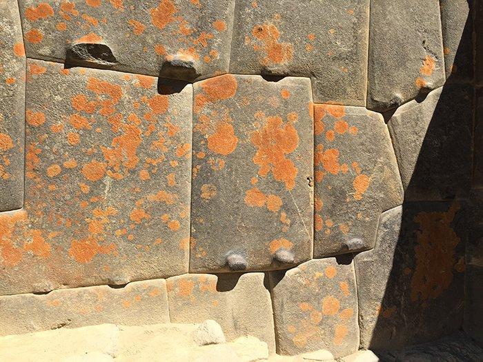 Les géologues ont peut-être enfin résolu le secret de l'étrange et unique emplacement de Machu Picchu ! (vidéo sur Bidfoly.com) By Stéphanie Schmidt Pierre-site-perou