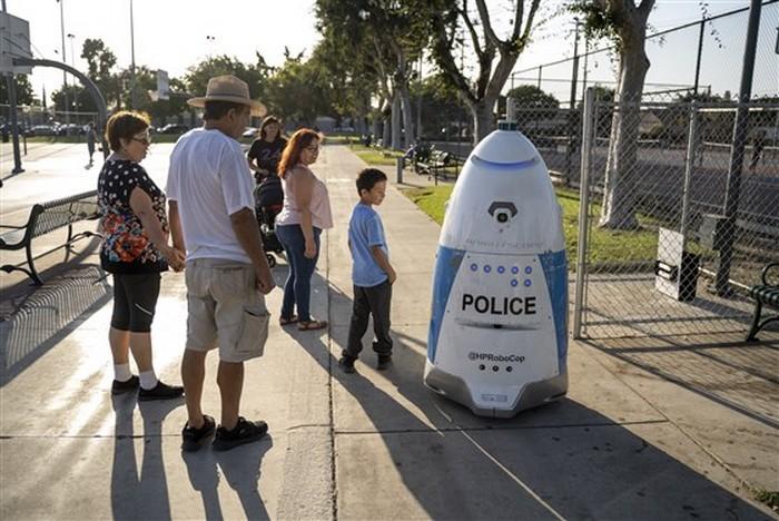 robot police patrouille parc