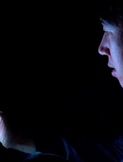chinois shenzhen perd vue smartphone nuit