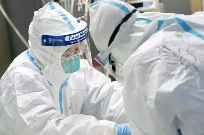 Du personnel médical au chevet d'un patient à l'hôpital universitaire Zhongnan à Wuhan, le 24 janvier 2020. Crédits: Xiong Qi  AP