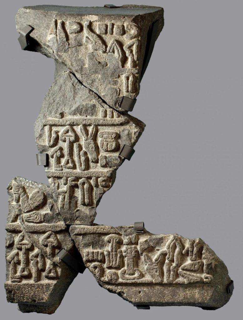 morceau pierre inscriptions luwian ancien royaume turquie karahoyuk