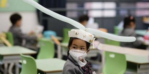 chapeau distanciation sociale chine écoles
