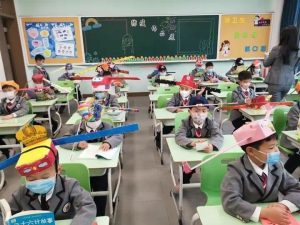 chapeaux distanciation sociale écoles Chine