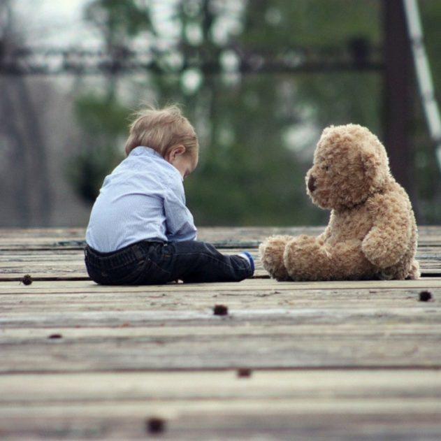 inhibition enfance adulte introverti et réservé