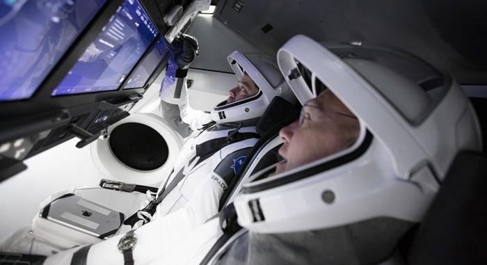 astronaute nasa lancement falcon 9 fusée spacex