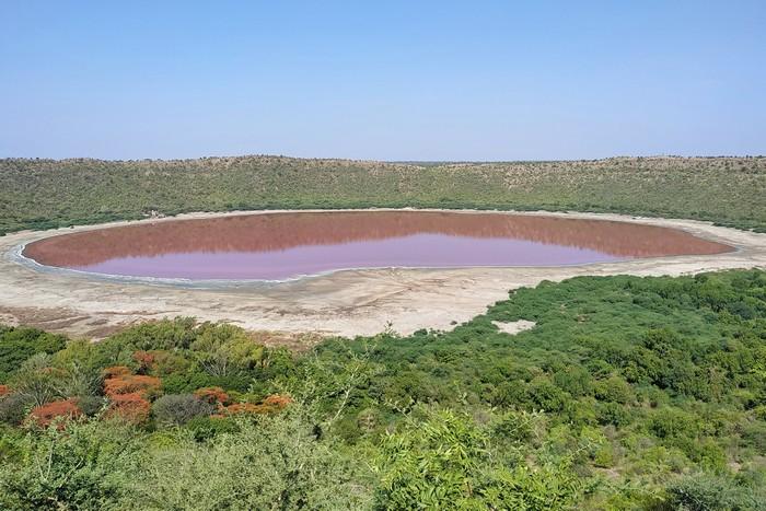 cratere lac rouge rose changement couleur confinement algues salinité sel