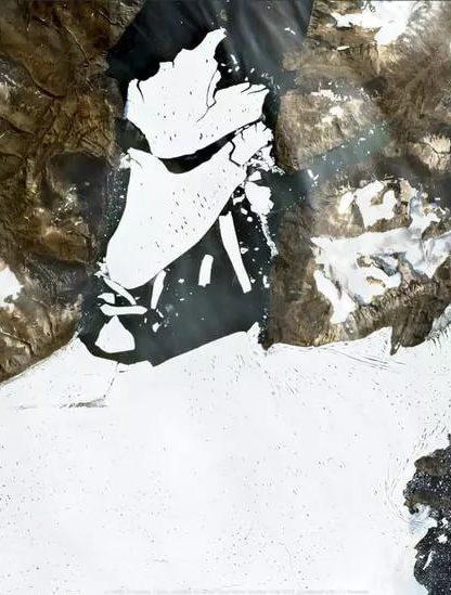 détachement énorme bloc glacier Groenland mer