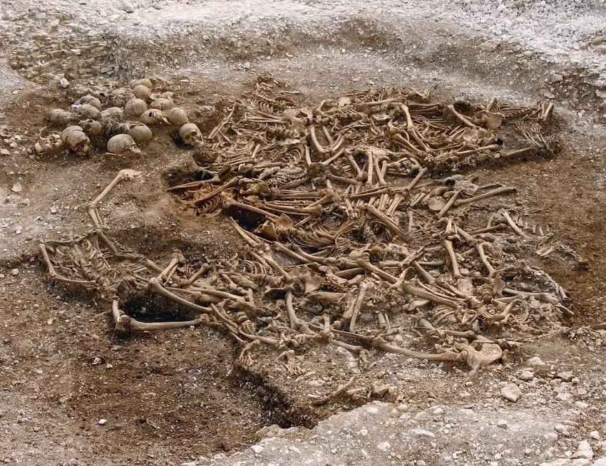 tombe géante 50 squelettes Vikings décapités angleterre