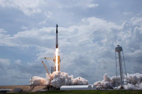 spacex lance succes quatre astronautes crew dragon couv
