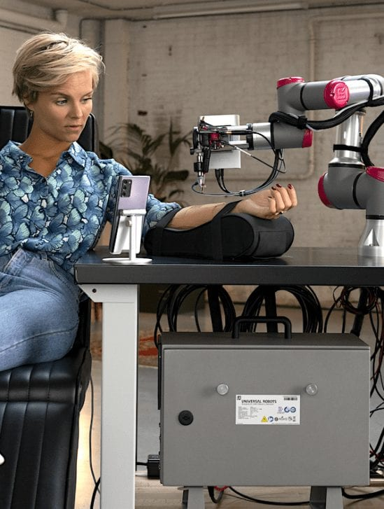 artiste tatouage avec robot connecte reseau 5g