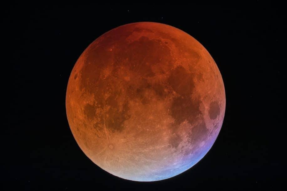 lueur rouge lune durant eclipse lunaire totale