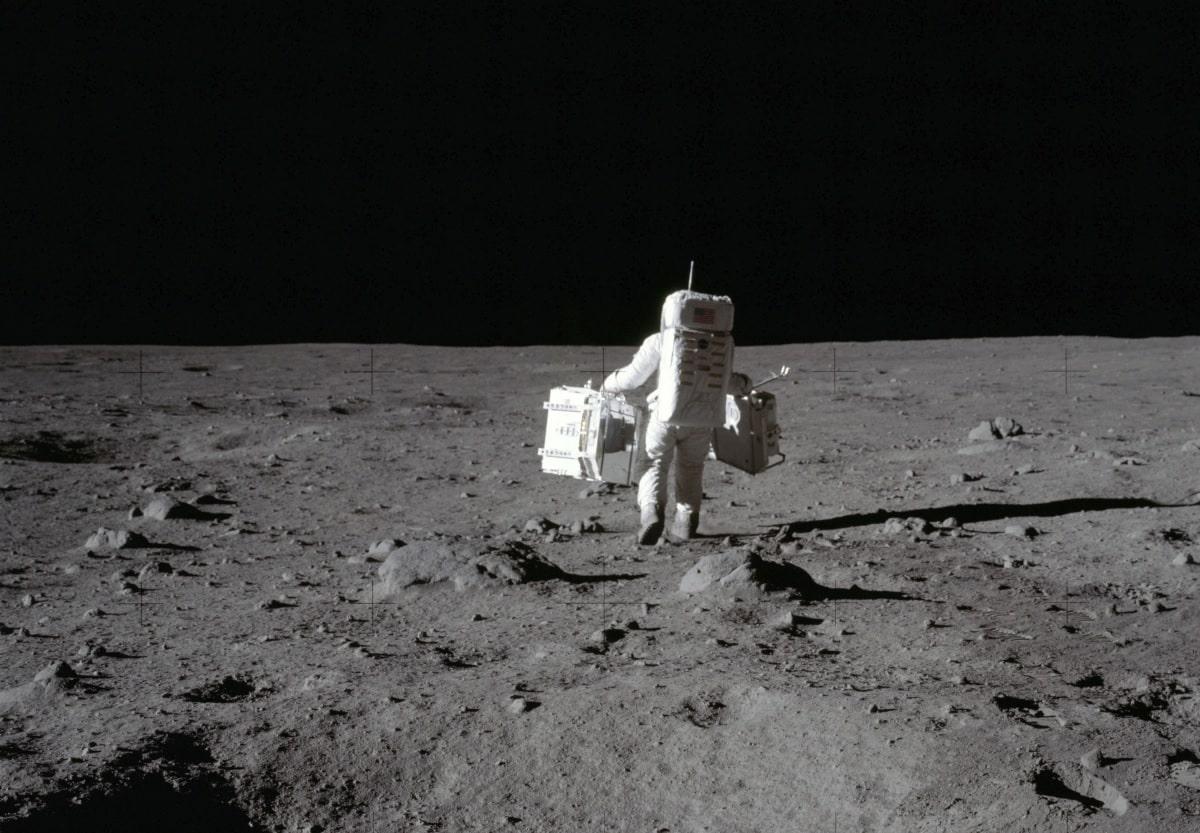En combien de temps un astronaute ferait-il le tour de la Lune en marchant ?