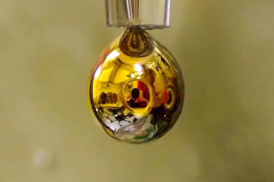 eau pure transformee en metal brillant dore