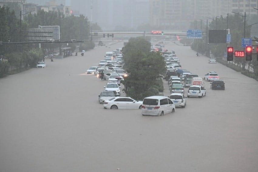 vehicules noyes inondations station metro zhengzhou