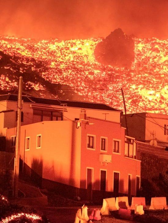 iles canaries volcan projette lave 2 kilometres detruit maisons