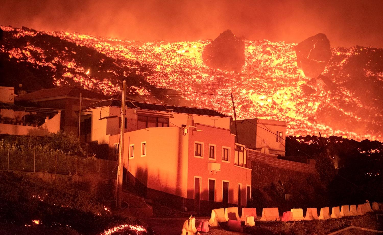 un volcan projette de la lave sur près de 2 kilomètres de haut et détruit des dizaines de maisons