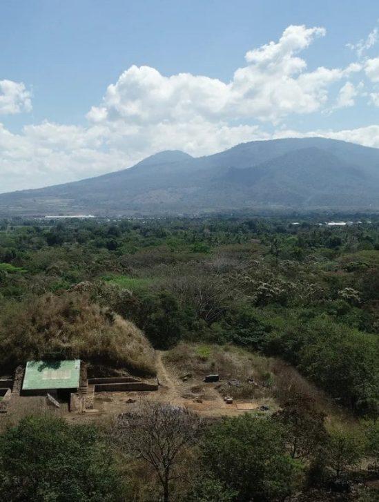 pyramide maya éruption volcanique